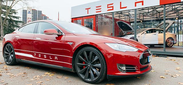 [WATCH] Tesla out-accelerates a Lamborghini
